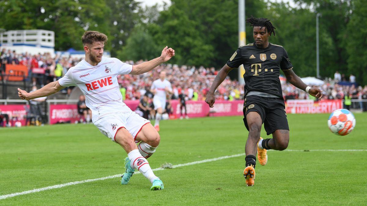 Testspiele, FC Bayern München - 1. FC Köln in der MS Technologie-Arena. Kölns Jan Thielmann (l) und Bayerns Omar Richards kämpfen um den Ball.