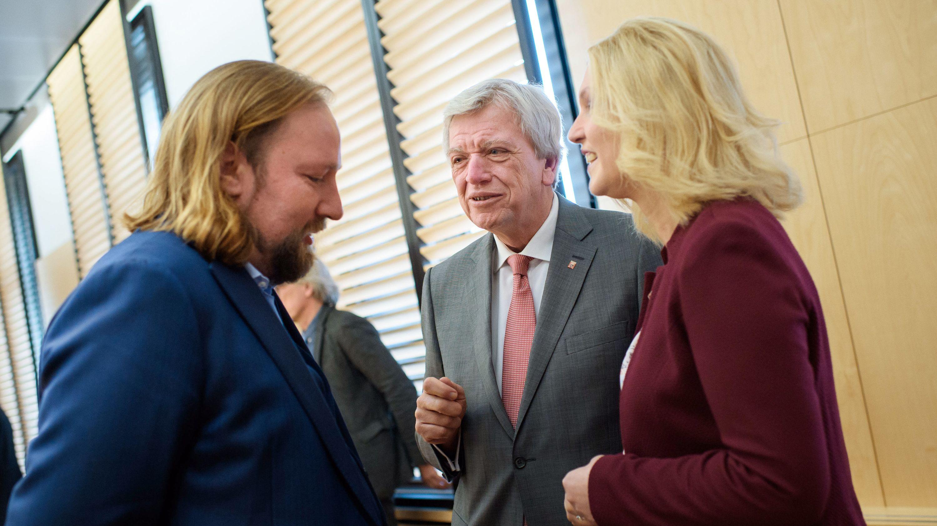 Anton Hofreiter (Bündnis 90/Die Grünen), Volker Bouffier (CDU) und Manuela Schwesig (SPD) unterhalten sich im Vermittlungsausschuss des Bundesrates