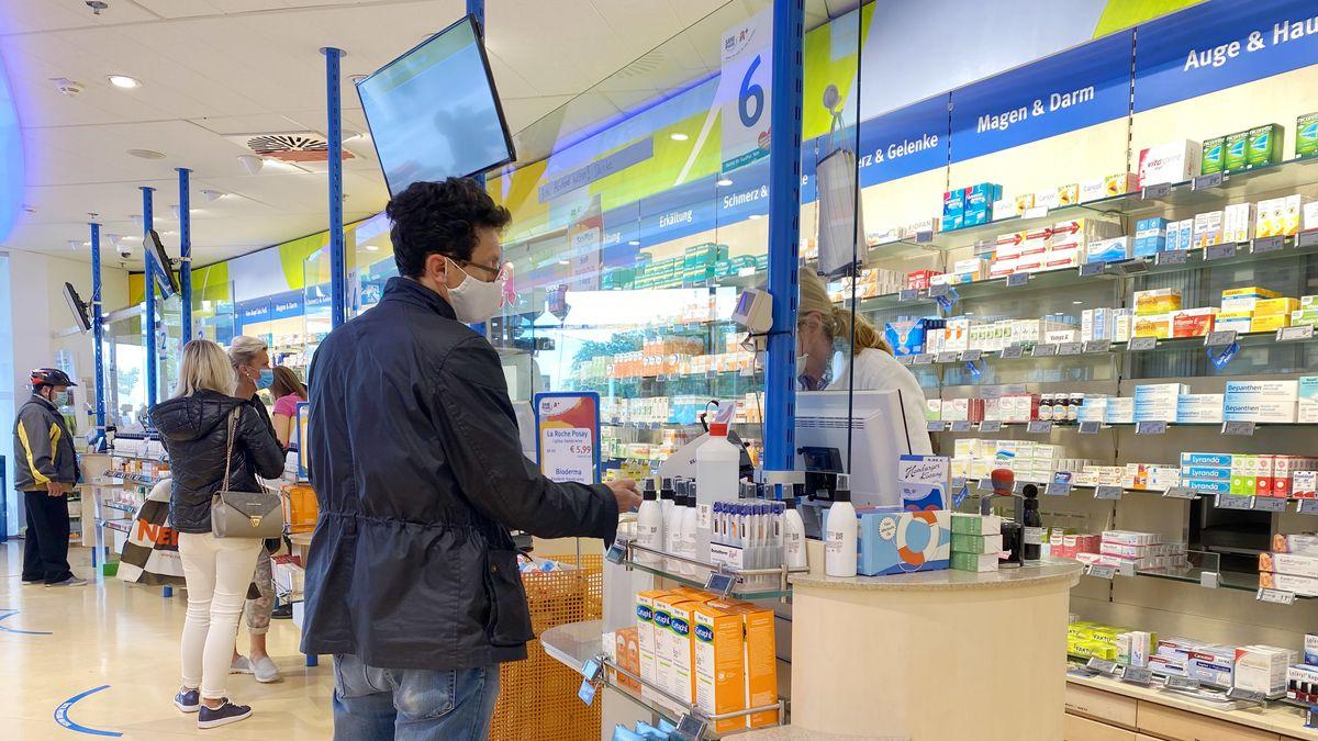 Verkäufer im Einzelhandel müssen bei der Arbeit keine Masken mehr tragen, sofern sie - wie im Bild - hinter Plexiglas arbeiten können.