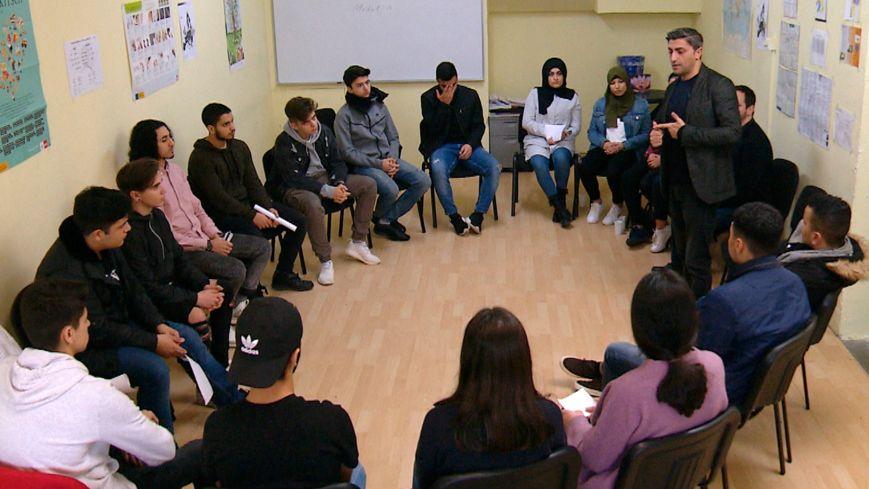 Demokratie lernen: Jugendliche und ihr Lehrer Suat Yilmaz (Symbolbild).