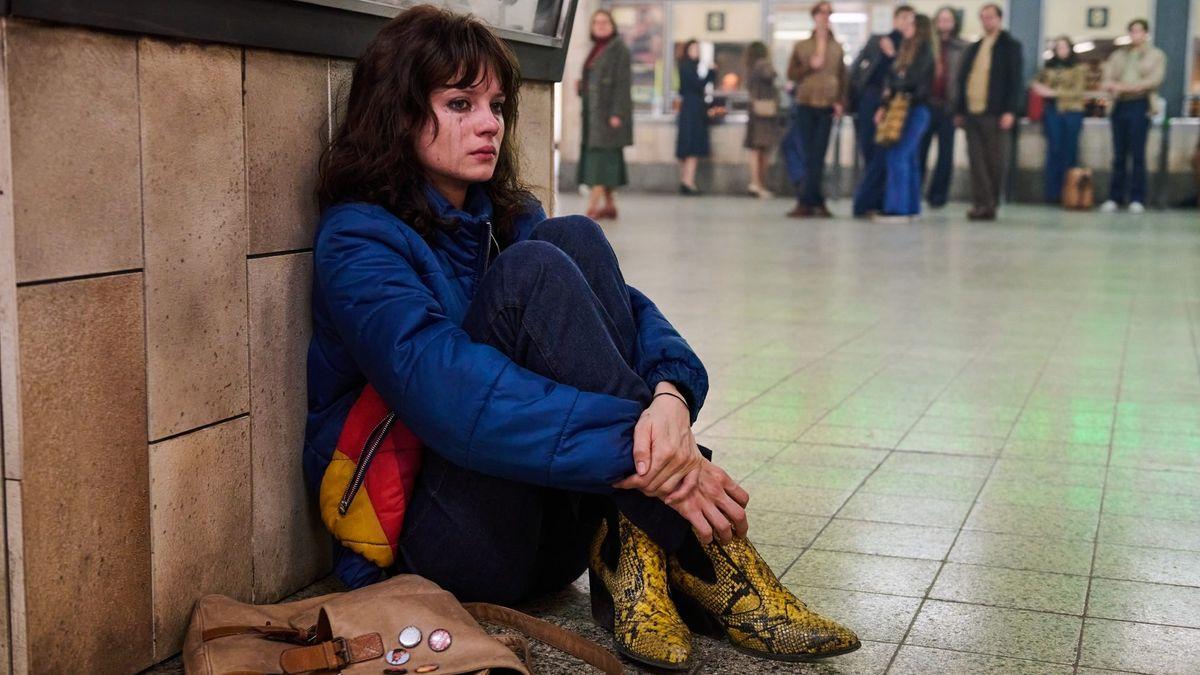 """Szene aus der Serie """"Wir Kinder vom Bahnhof Zoo"""": Christiane F. sitzt mit verschmiertem Augenmakeup auf dem Boden im Bahnhof"""