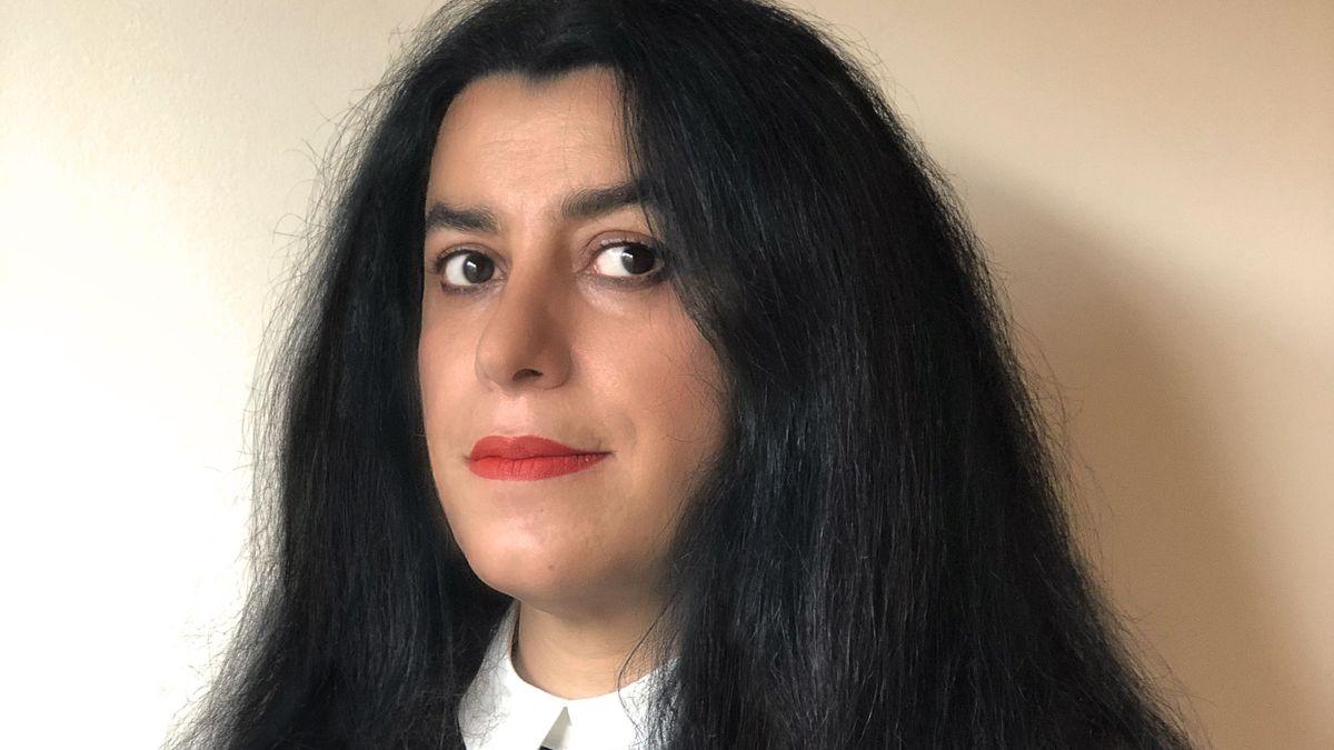 Man sieht ein Porträt der Künstlerin Marjane Satrapi. Sie blickt in die Kamera bzw. den Betrachter an.