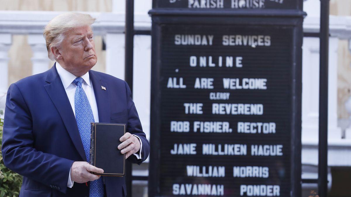 Donald Trump hält eine Bibel in der Hand