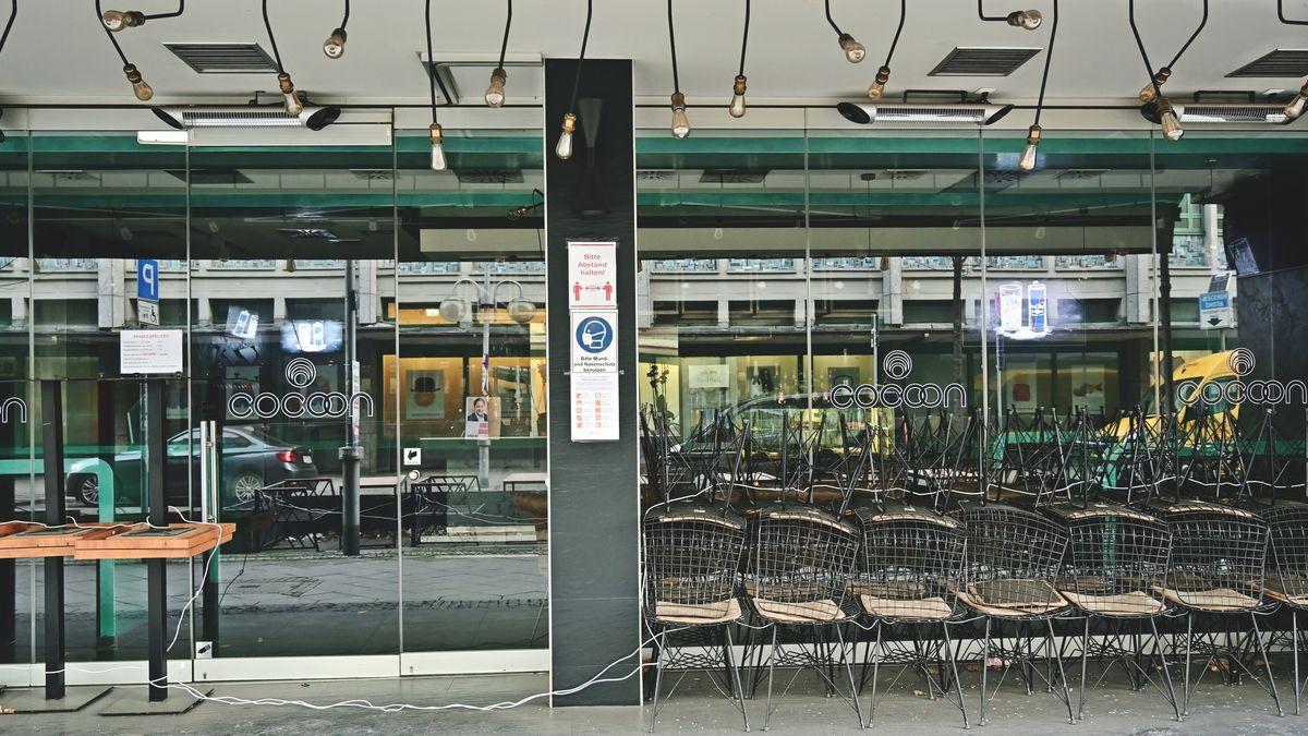 Mittlerweile ein gewohntes Bild: Ein geschlossenes Restaurant, die Garnituren zusammengeräumt
