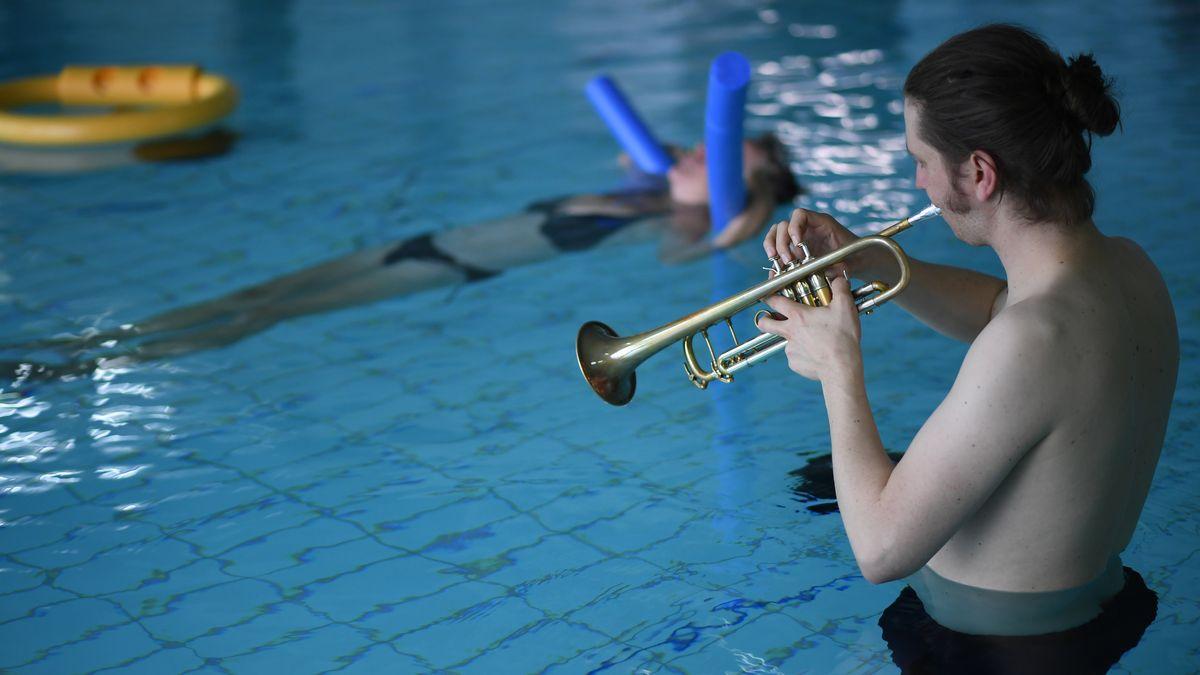 Musiker steht im Schwimmbad
