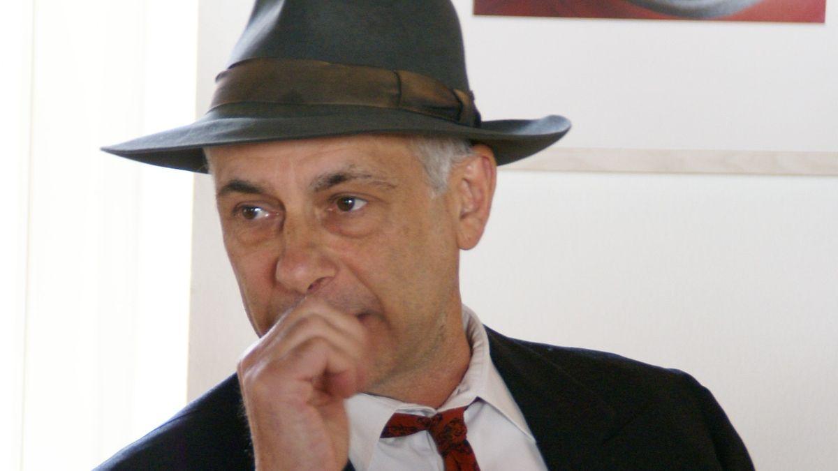 """Roland Beiküfner, Schauspieler der Gruppe """"Kunst und Drama"""" als Joseph Beuys im Stück """"Der Hut von Joseph Beuys""""."""