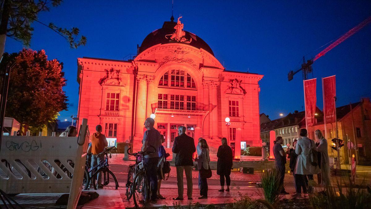 Um auf die prekäre Situation der Veranstaltungswirtschaft hinzuweisen, wurden auch in Mittelfranken Gebäude rot angestrahlt, z.B. das Fürther Stadttheater.