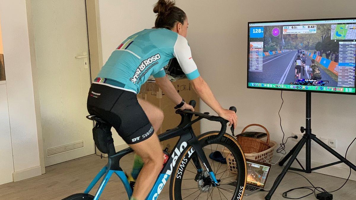 Die Triathletin Anne Haug sitzt auf ihrem Rad und trainiert zuhause weiter.