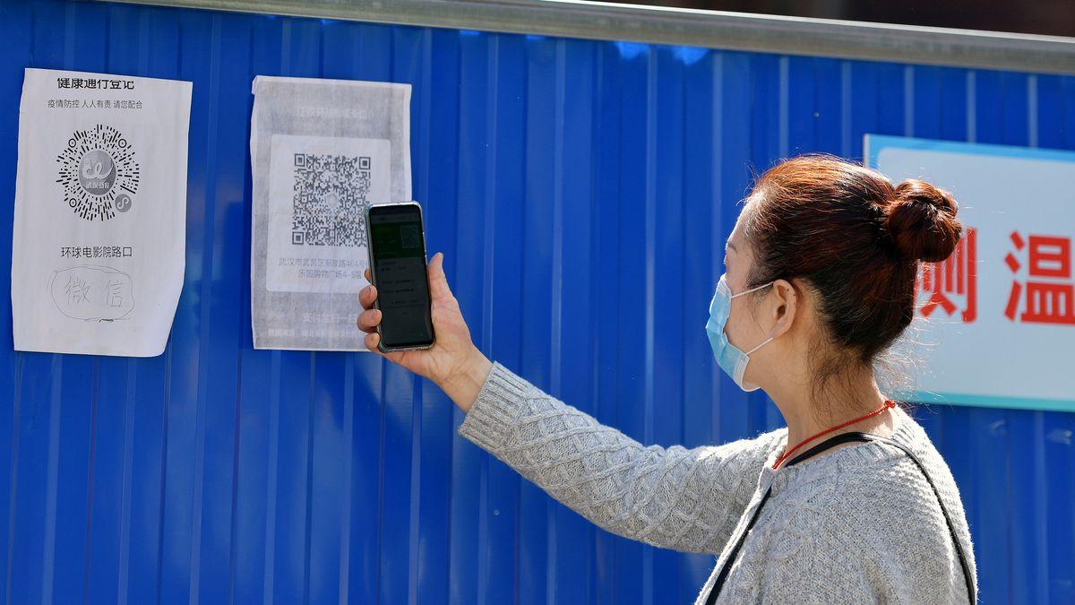 Eine Chinesin nutzt eine der dortigen Anti-Corona-Anwendungen und scannt einen QR-Code, der wohl ihren Standort erfasst.