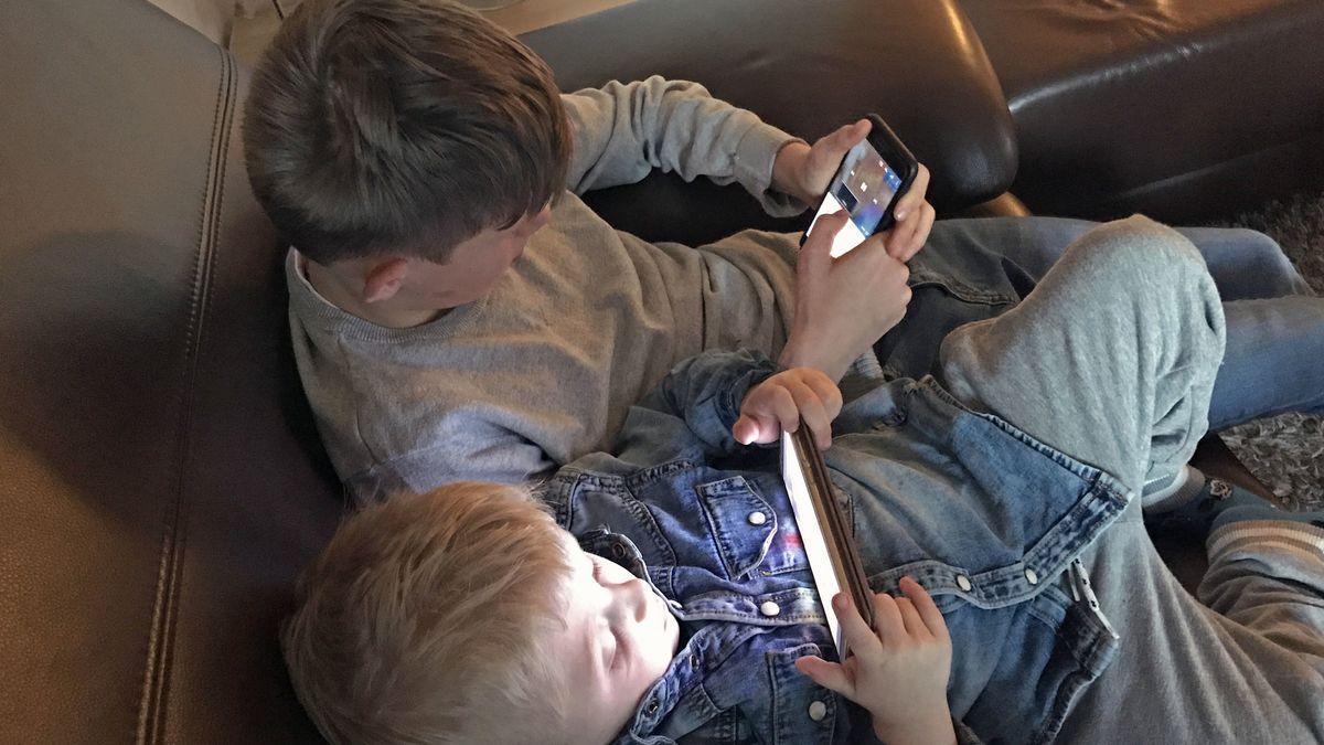Zwei Jungs mit ihren Handys