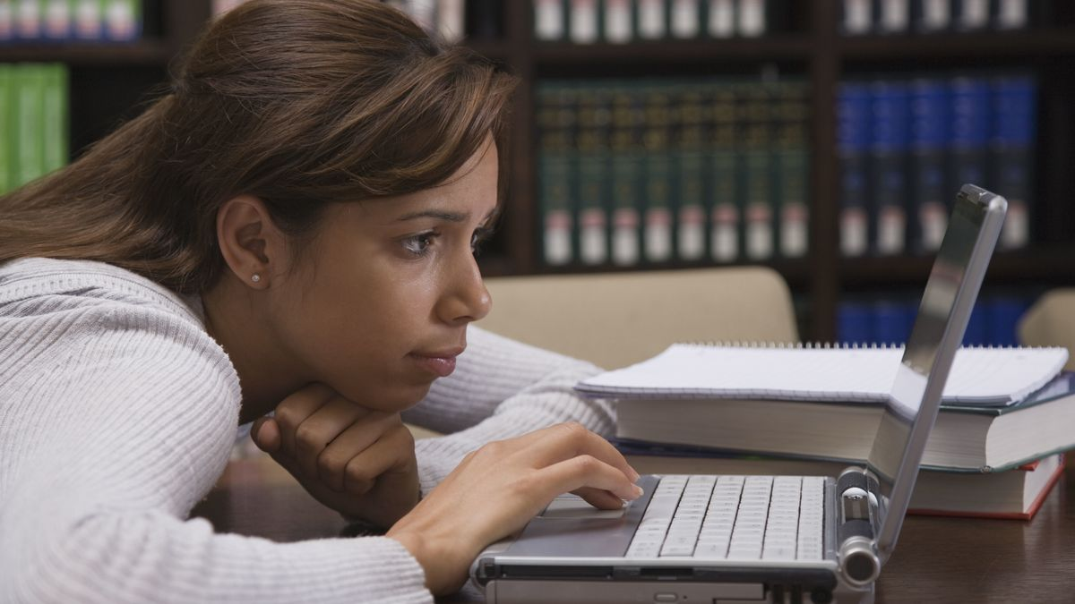 Schülerin arbeitet an einem Laptop