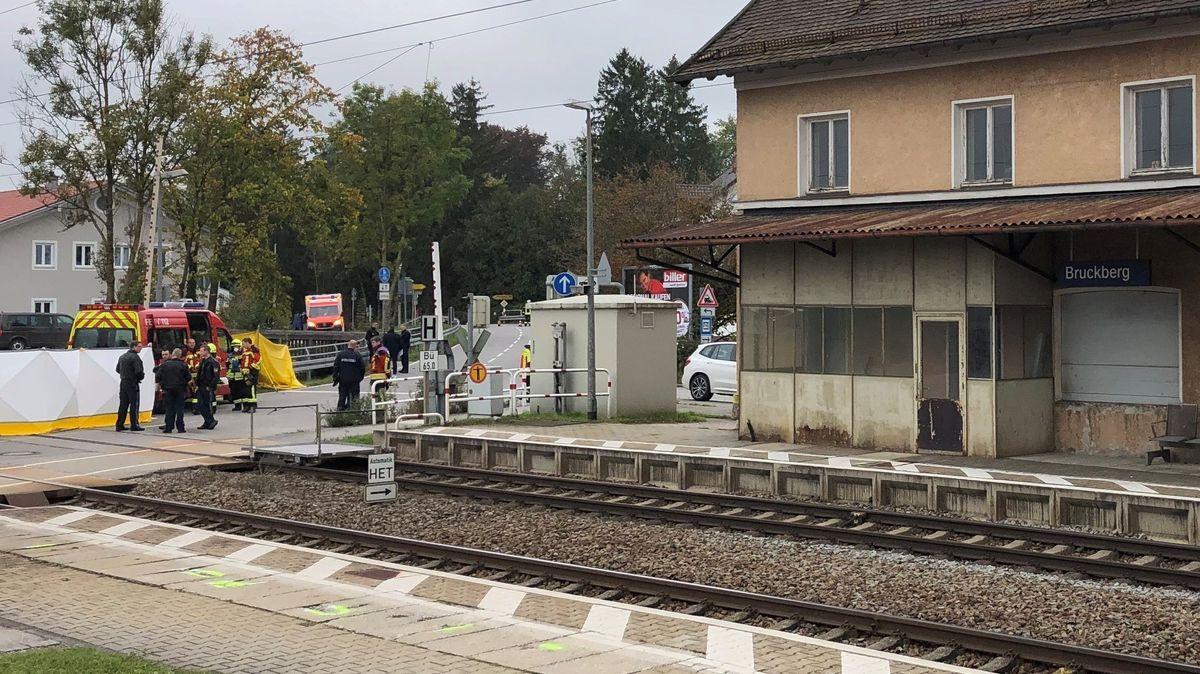 Der Bahnübergang in Bruckberg, an dem Mitte Oktober zwei Schüler von einem Zug erfasst und getötet worden waren
