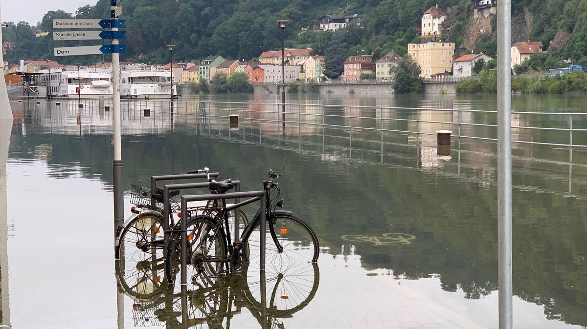 Fahrräder stehen im Donau-Hochwasser in Passau