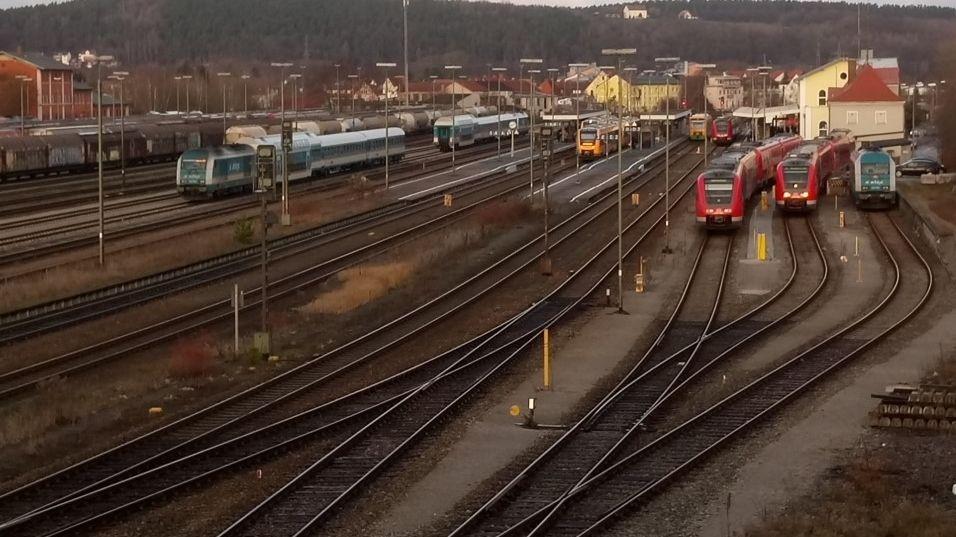 Blick auf den Hauptbahnhof in Schwandorf. Die Bahnstrecke Nürnberg–Schwandorf soll elektrifiziert werden.