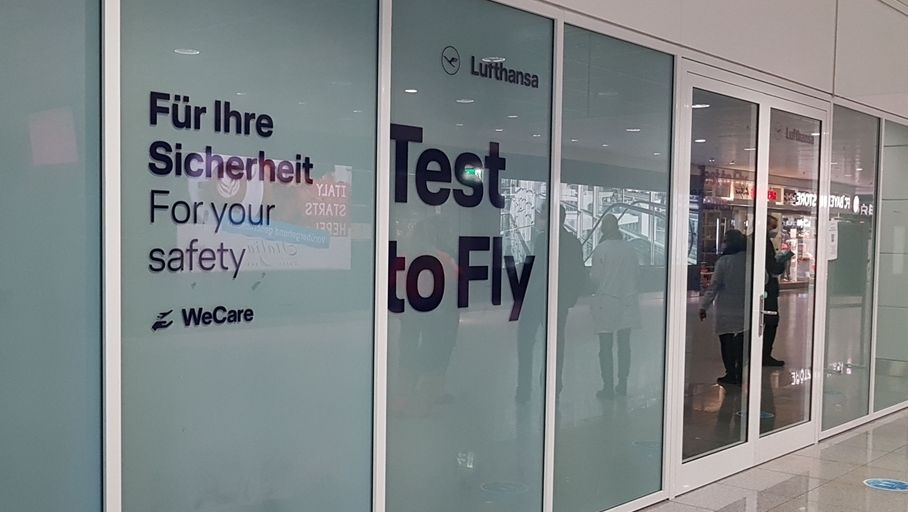 Coronatests am Flughafen München - Eingang