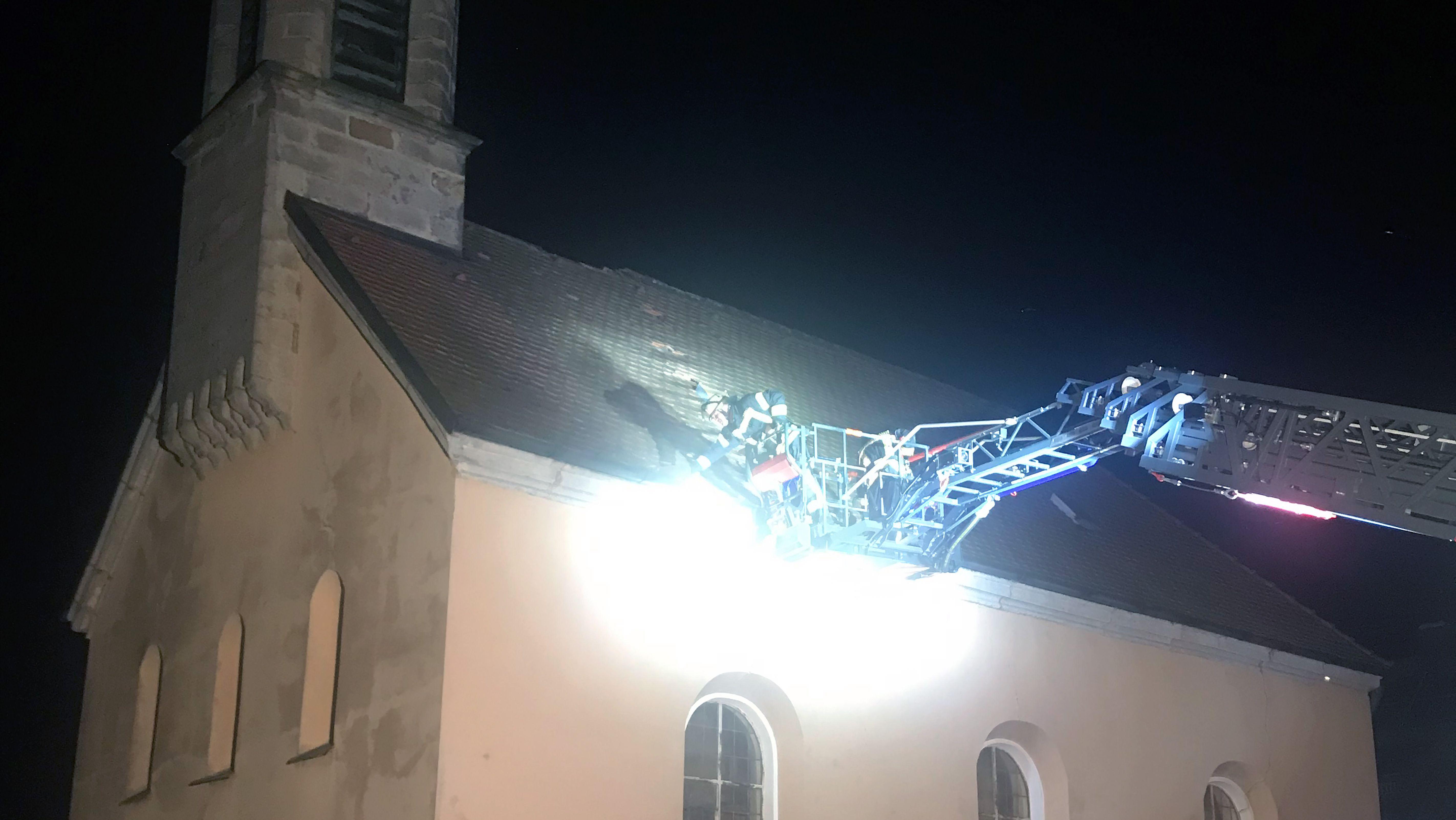 Das rund 100 Kilogramm schwere Kreuz ist von der Kirchturmspitze gestürzt und im Kirchendach eingeschlagen.