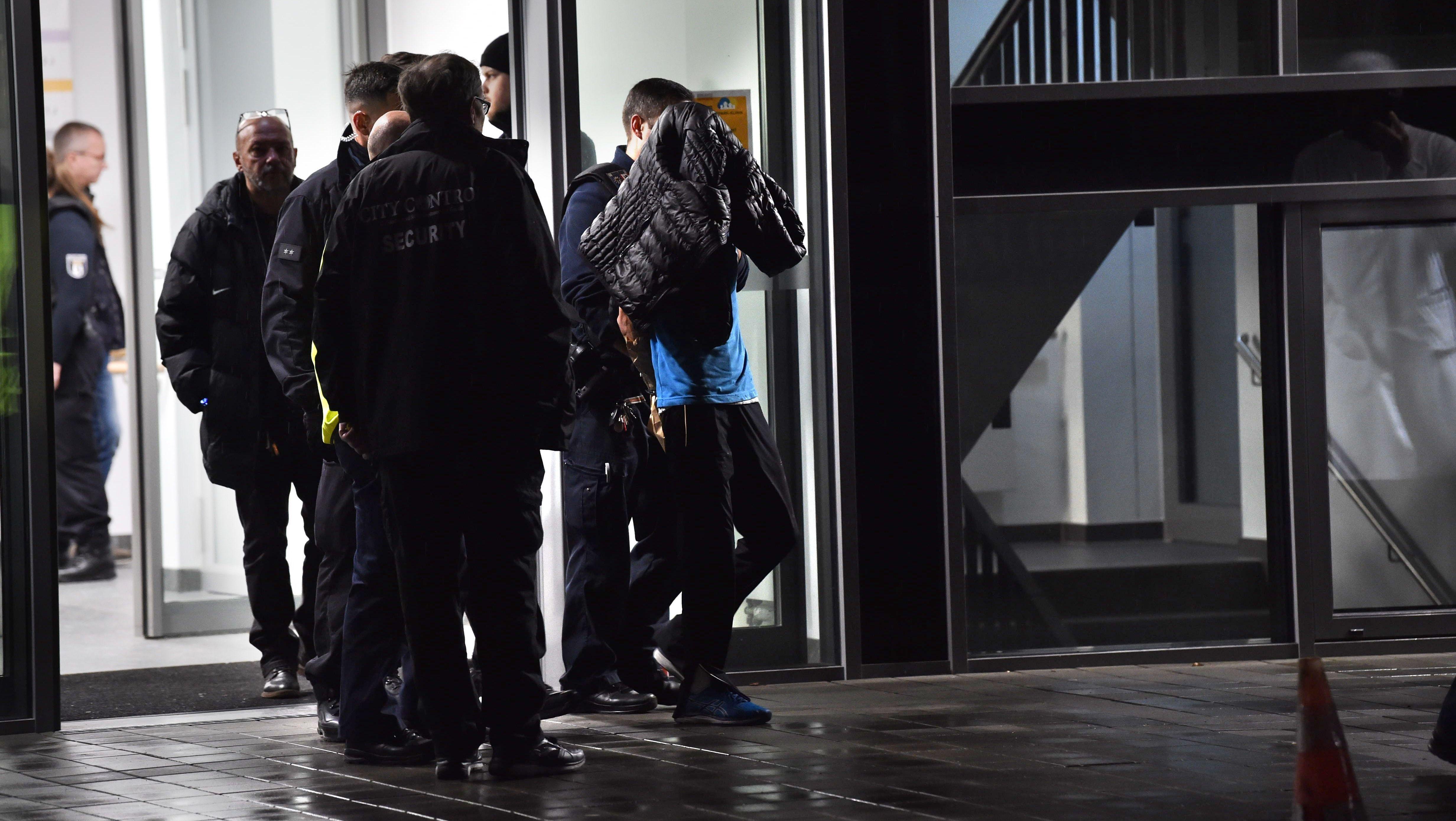 Polizisten nehmen mutmaßlichen Täter fest