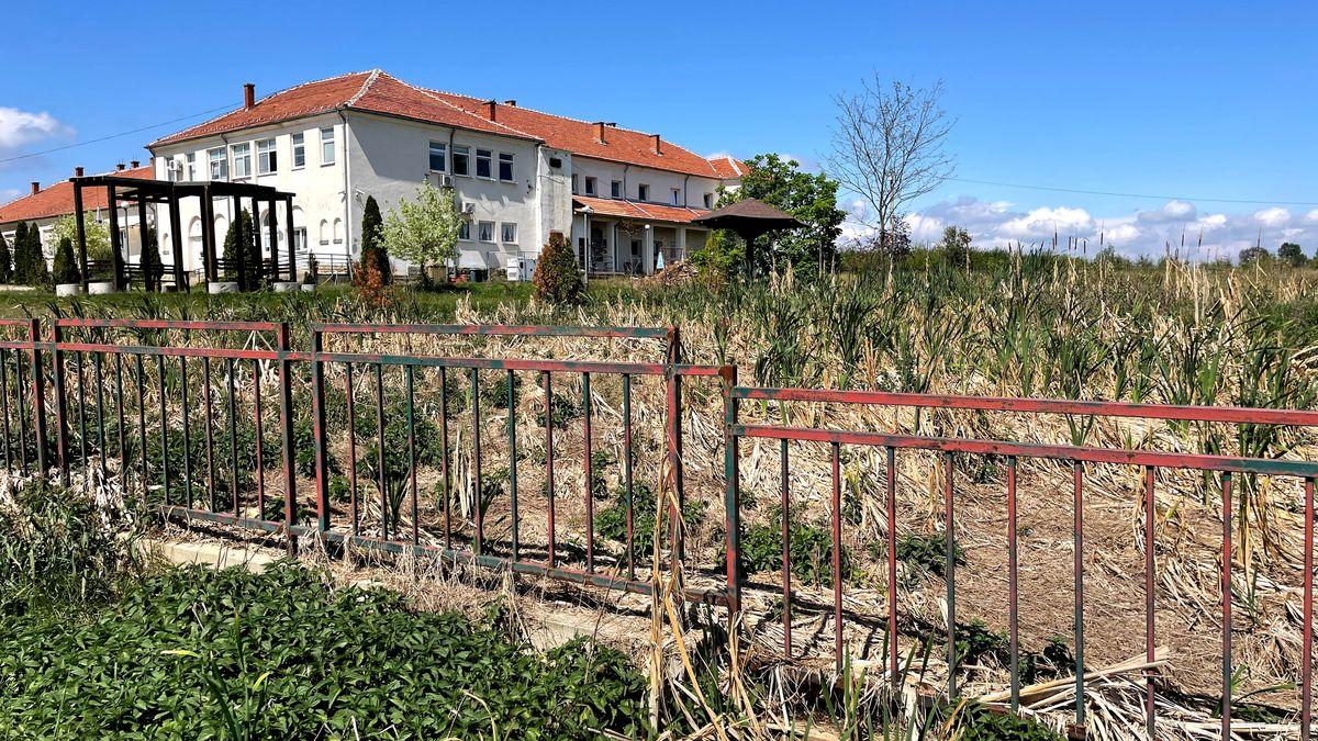 Das Gelände des serbischen Heims Trbunje ist wenig gepflegt. Die Fäkalien fließen durch den Zaun in einen Straßengraben.