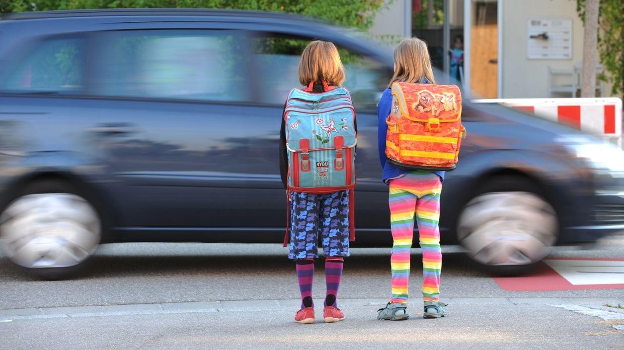 Kinder mit Schulranzen auf dem Schulweg