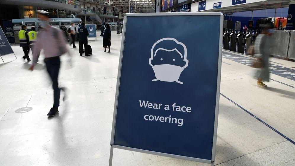 Ein Schild am Londoner Bahnhof Waterloo fordert Menschen dazu auf, eine Maske zu tragen   Bild:REUTERS/Toby Melville