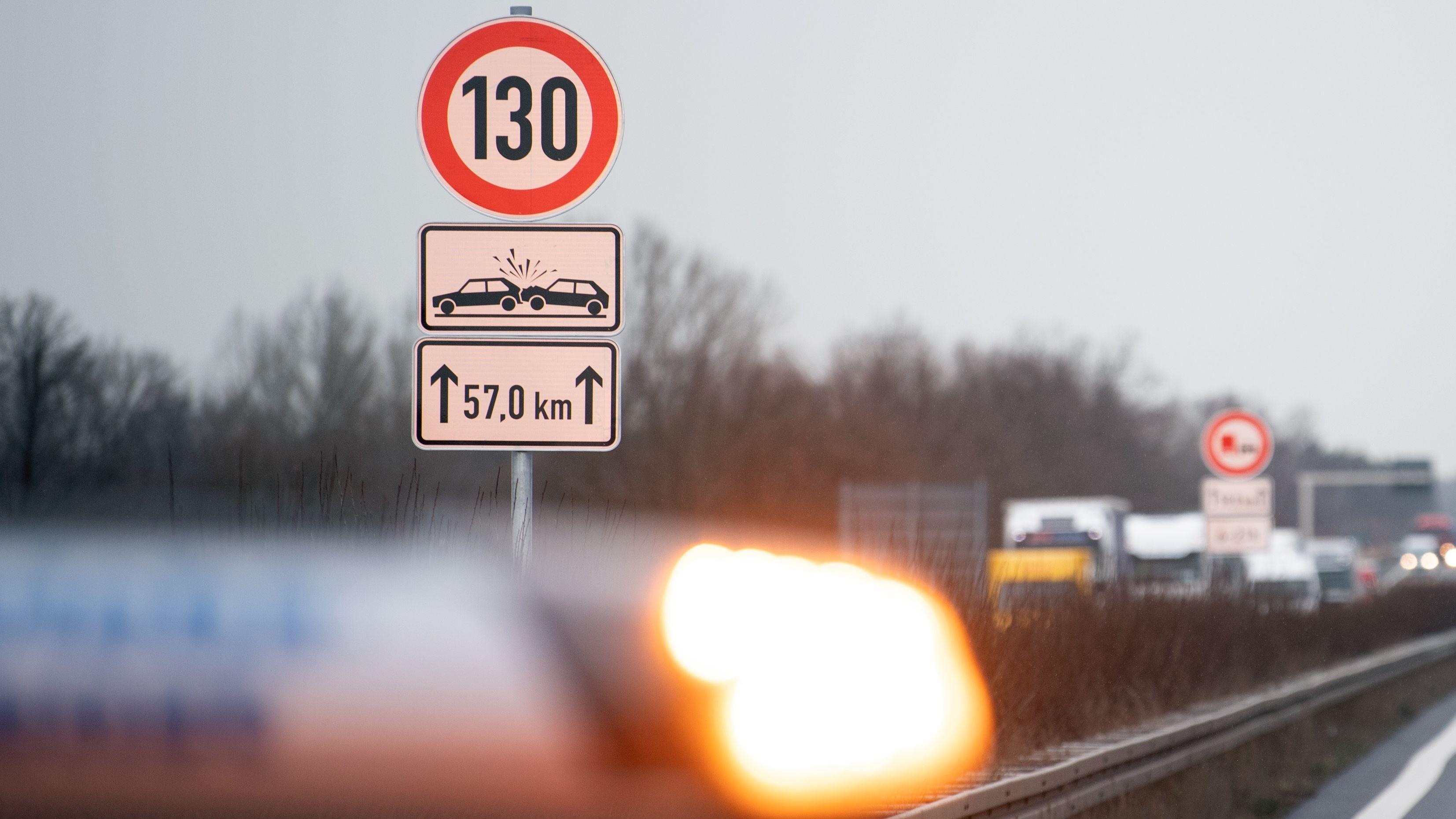 Verkehrszeichen zur Geschwindigkeitsbegrenzung auf einer Autobahn