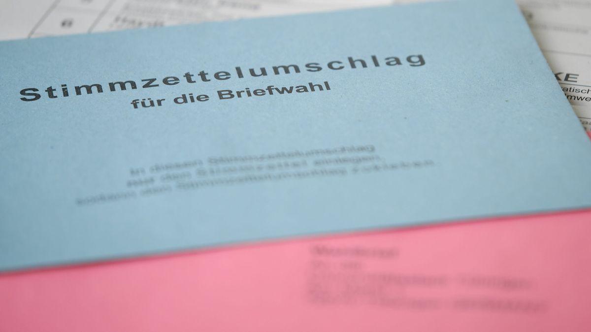 Briefwahl: blauer und roter Umschlag
