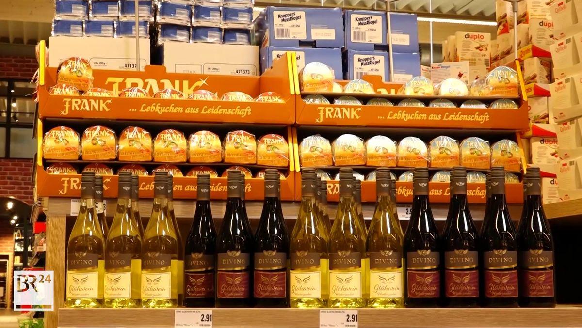 Lebkuchen stehen Ende Juli im Regal eines Supermarktes in Kulmbach.