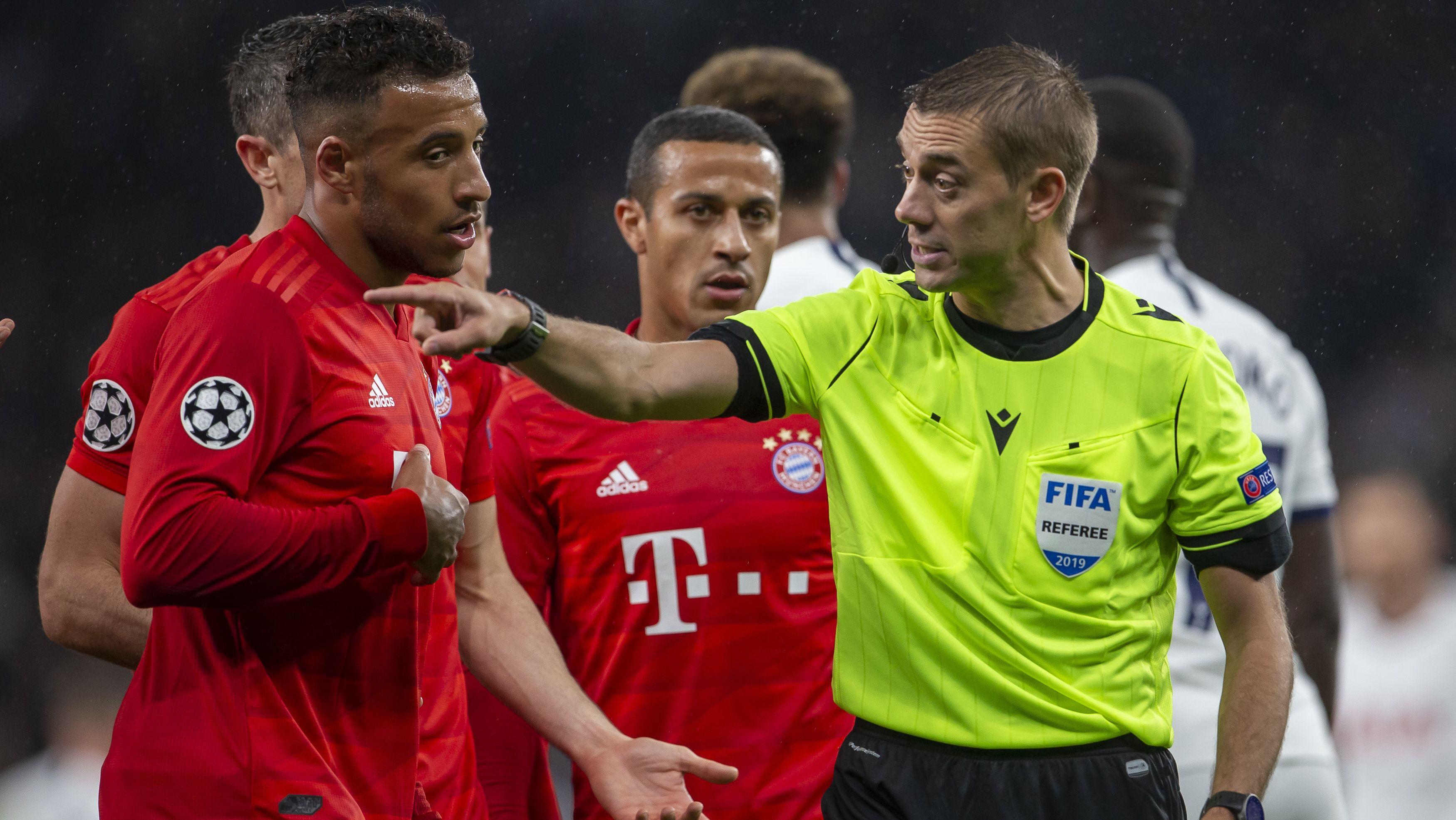 Der Franzose Clement Turpin pfeift das Spiel des FC Bayern beim FC Chelsea.