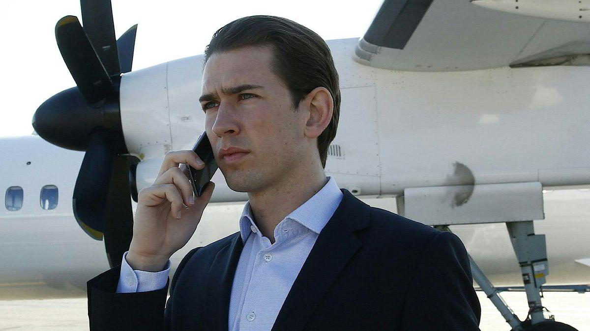 Sebastian Kurz telefoniert vor einem Flugzeug