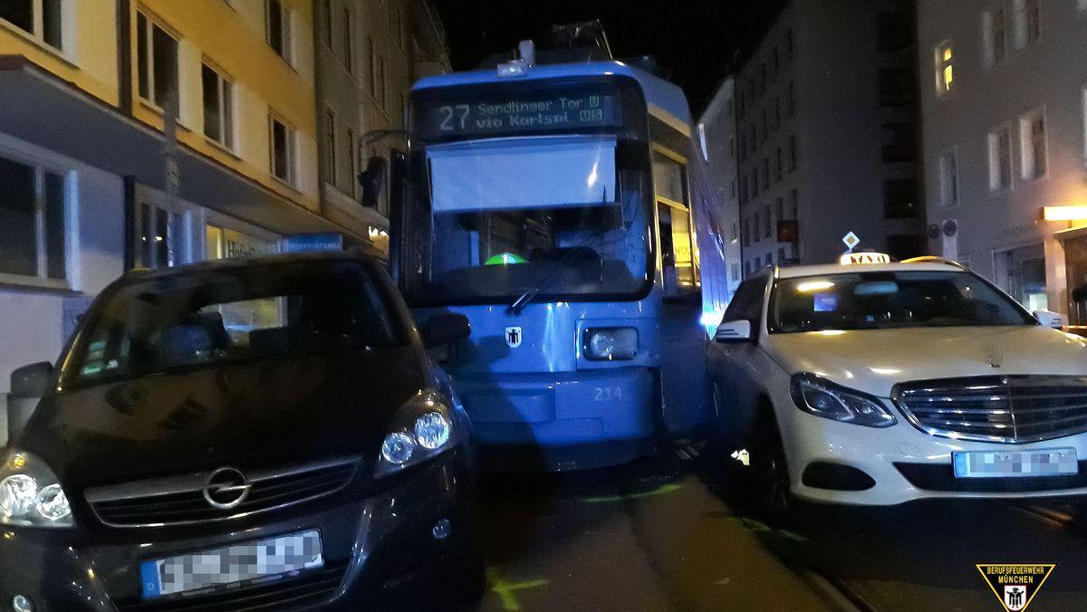 Münchner Tram springt aus den Gleisen.