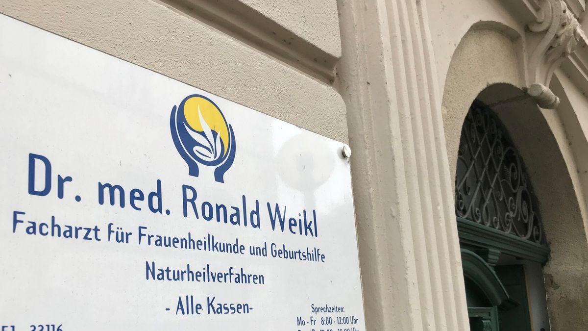 Der Eingang zur Praxis von Dr. med. Ronald Weikl