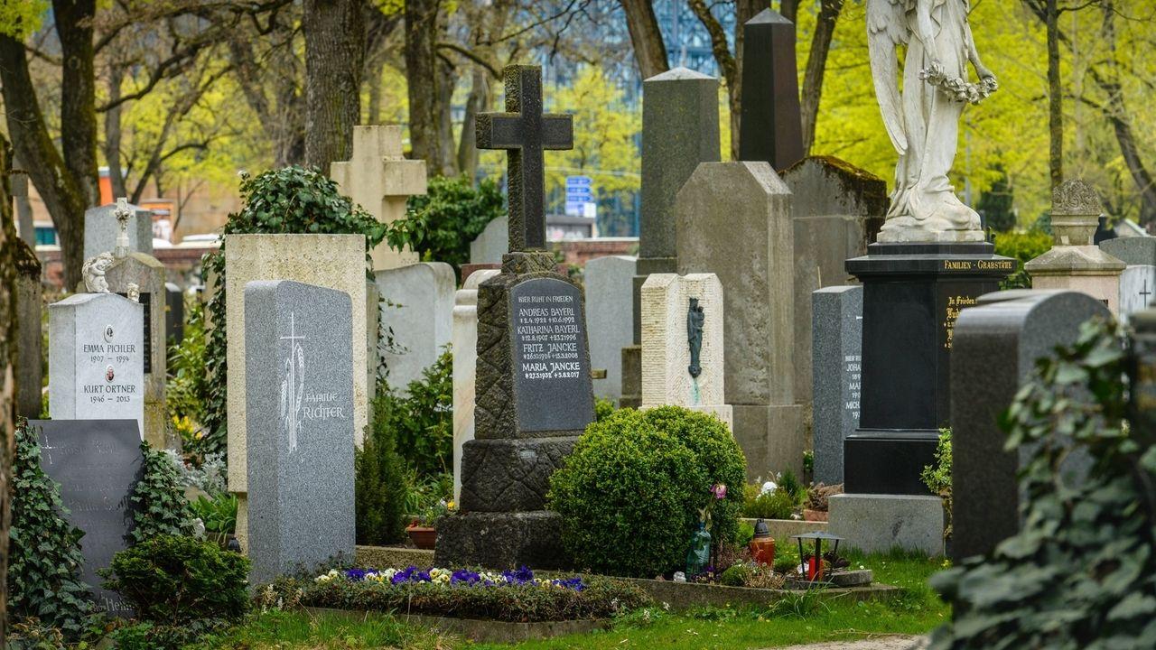 Grabsteine auf einem Friedhof (Symbolbild)