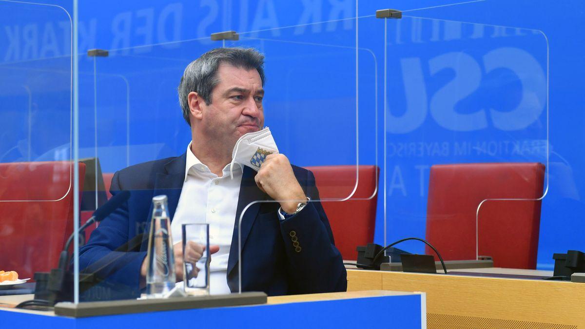 Markus Söder (CSU) nimmt hinter Plexiglasscheiben im Landtags-Plenum Platz