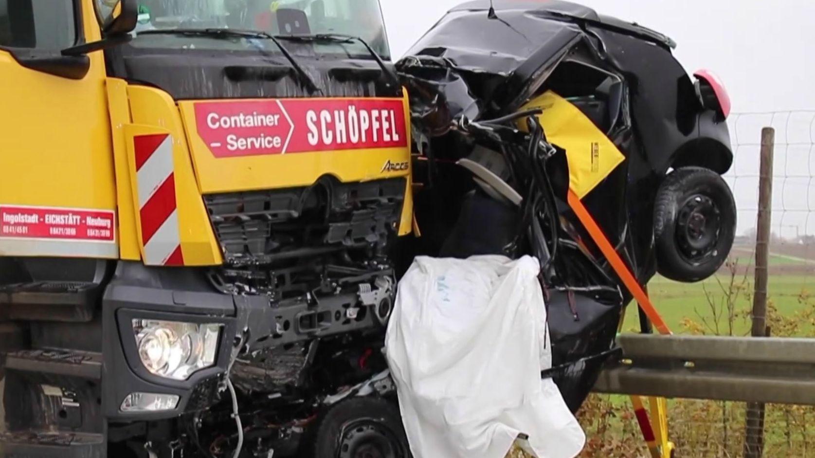 Ein 44-Jähriger ist auf der Umgehungsstraße von Kösching auf die Gegenfahrbahn geraten und mit einem Müllfahrzeug kollidiert.