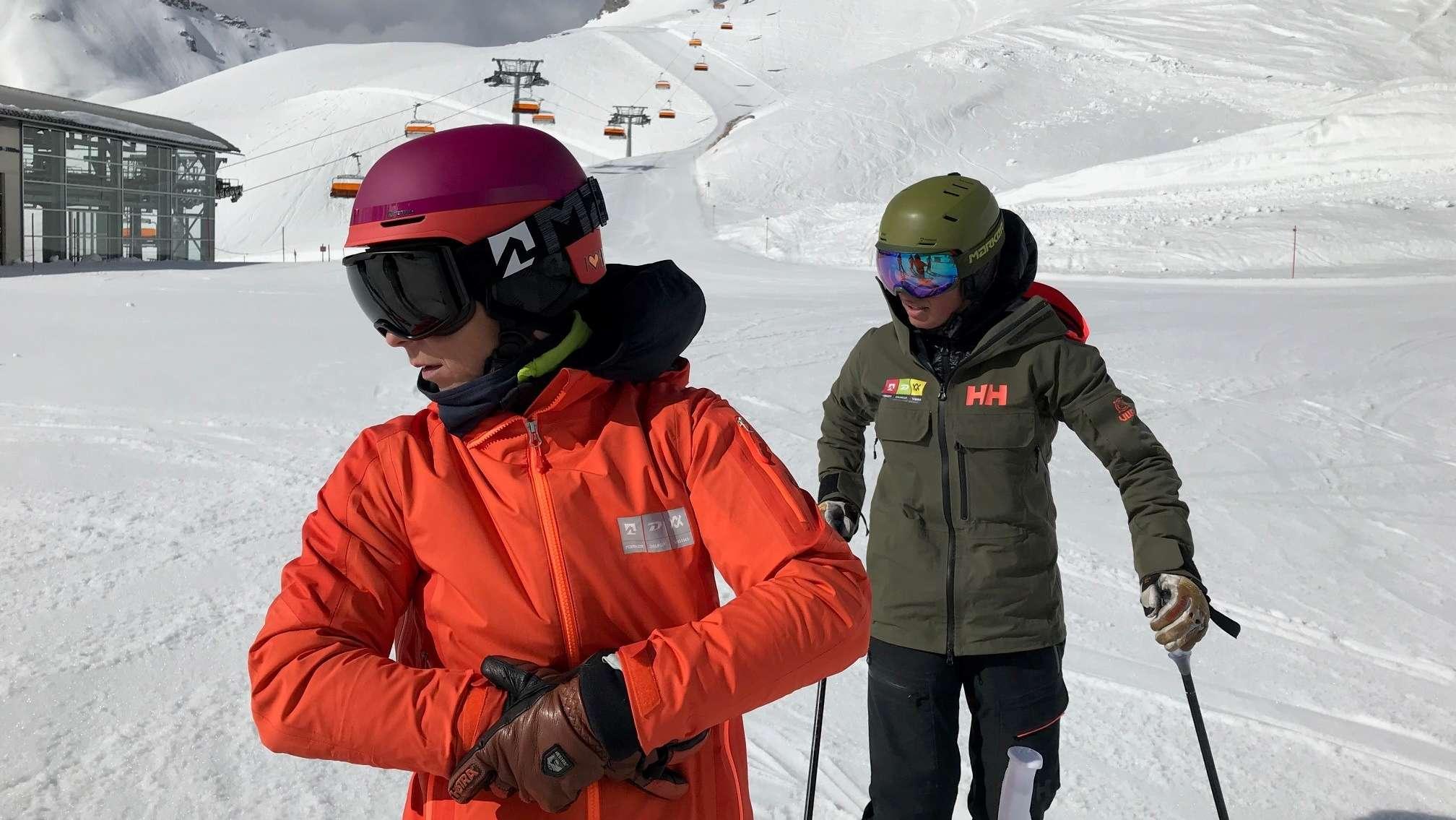Die ehemaligen Skirennläuferinnen Petras Stürzenegger (l.) und Anja Blieninger testen neue Skier auf der Zugspitze.
