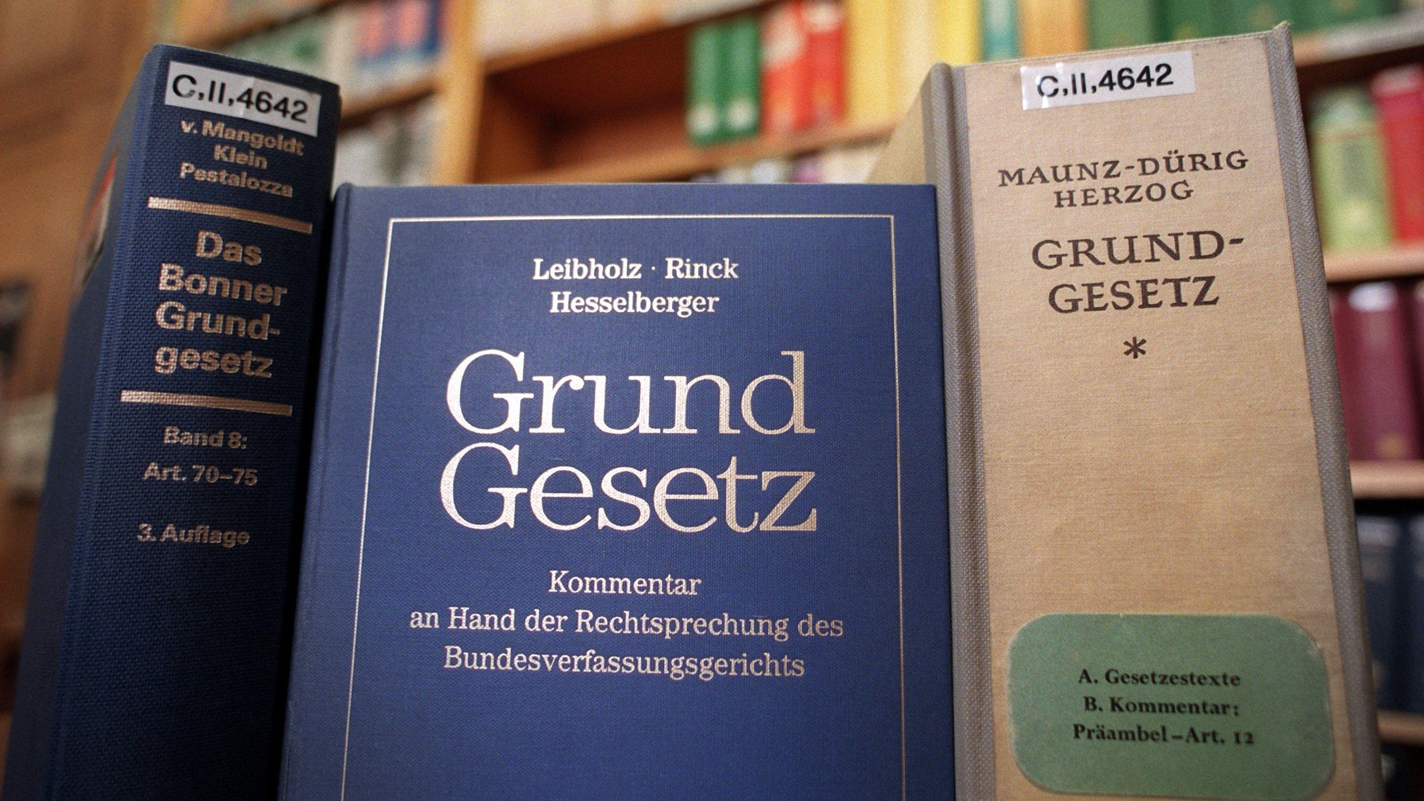 In der Senatsbibliothek Berlin stehen verschiedene Ausgaben des Gundgesetzes und Kommentare dazu im Lesesaal zur Verfügung.