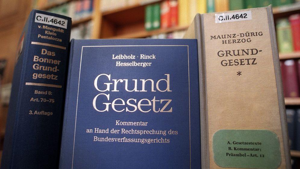 In der Senatsbibliothek Berlin stehen verschiedene Ausgaben des Gundgesetzes und Kommentare dazu im Lesesaal zur Verfügung. | Bild:picture alliance/Kalaene Jens/Zentralbild/dpa