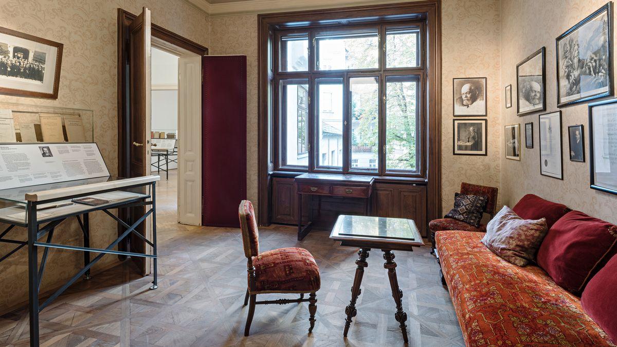 Wartezimmer in Freuds Praxis in der Berggasse 19: Couch und Stuhl in Rottönen, ein großes Fenster an der Stirnseite des Raums, eine Vitrine links, Bilder an der Wand
