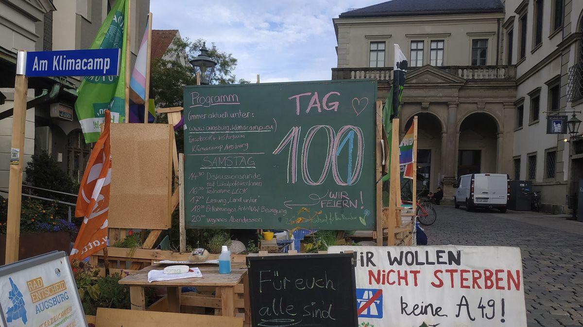 Schilder und Tafeln vor dem Klimacamp Augsburg