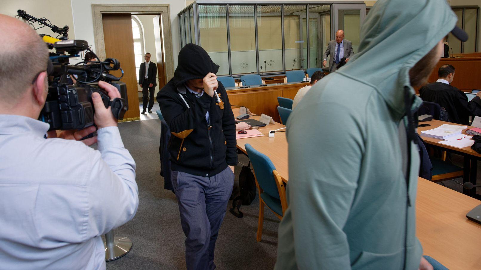 """Angeklagte kommen beim Prozess um die sogenannte """"Scharia-Polizei"""" in einen Gerichtssaal des Landgerichts."""