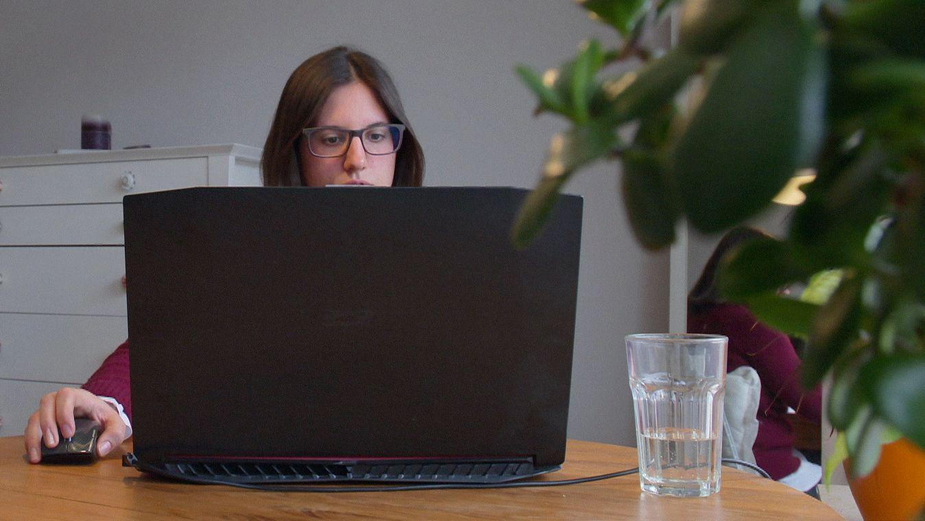 Eine Frau sitzt am Laptop und shoppt online