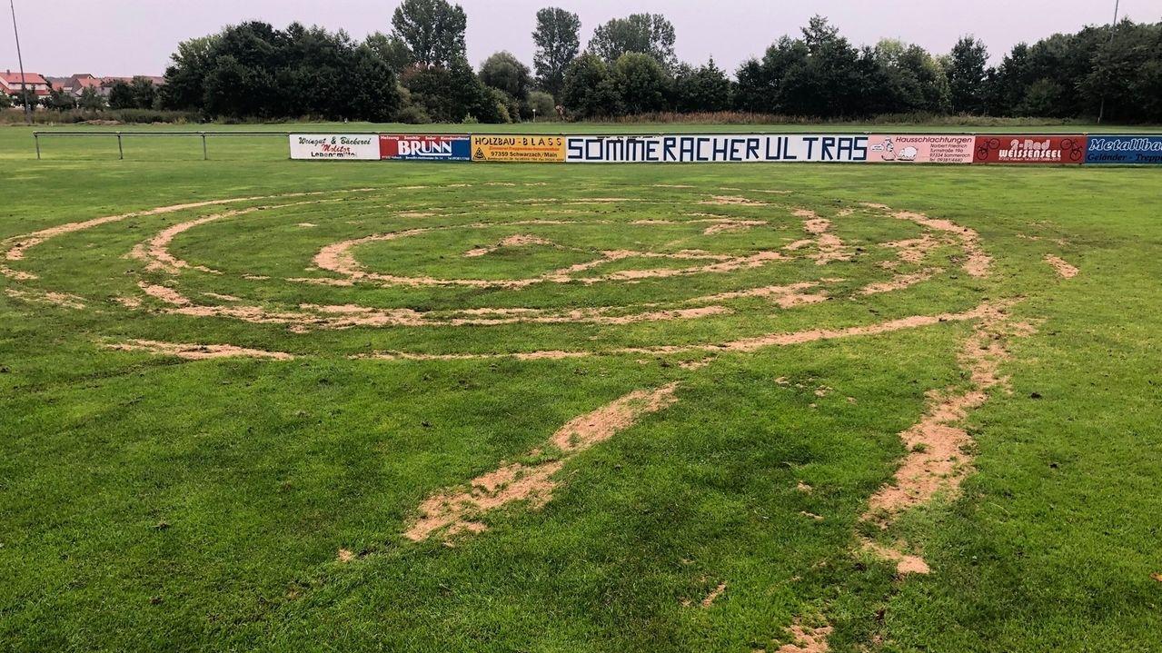 Der Fußballplatz in Sommerach ist von Unbekannten umgepflügt worden.