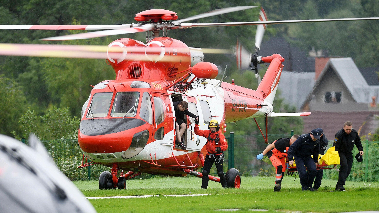 Polen, Zakopane: Ein Rettungshubschrauber transportiert die bei einem Blitzeinschlag verletzte Menschen in ein Krankenhaus.