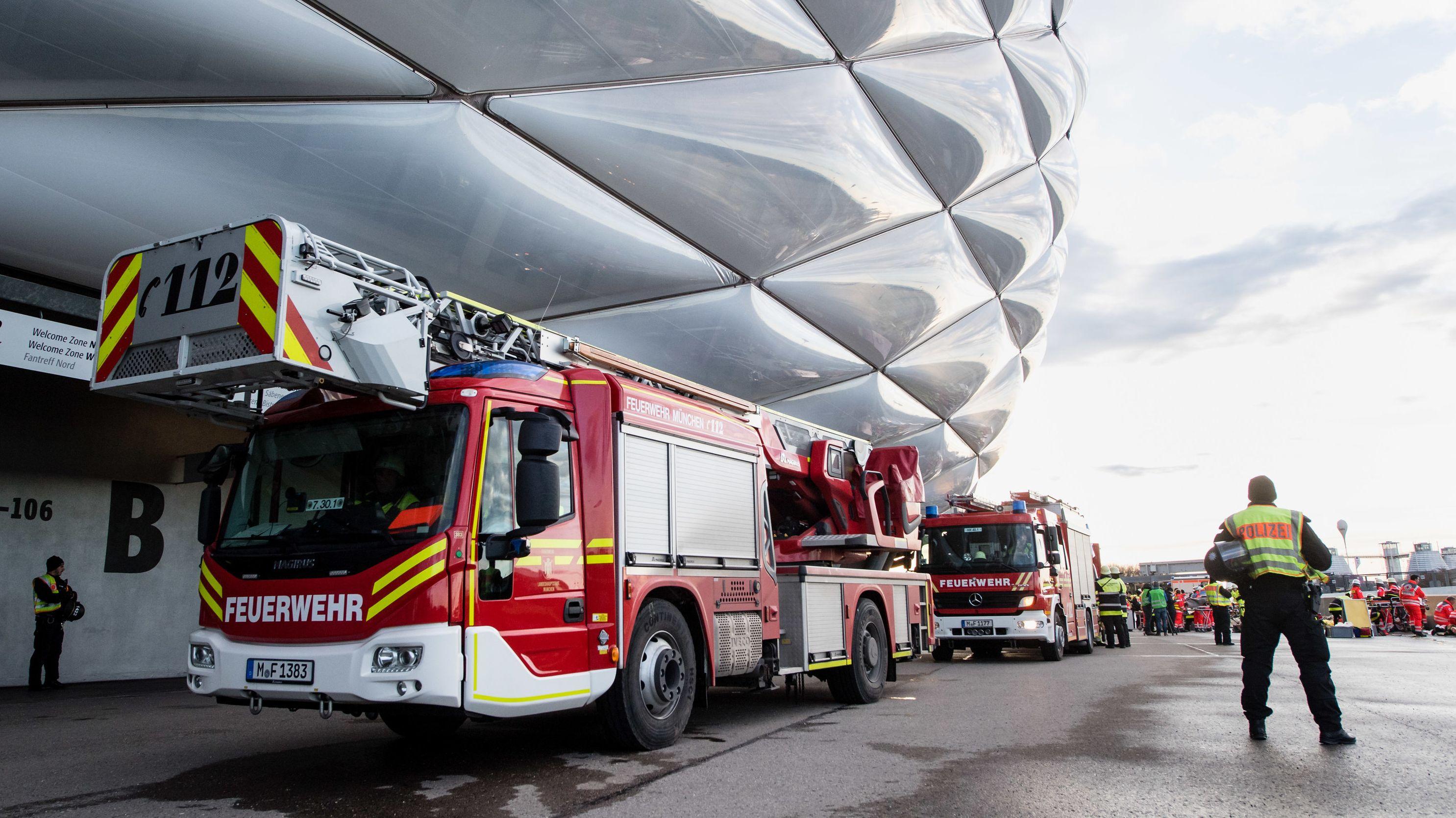 Einsatzfahrzeuge der Feuerwehr stehen bei einer Katastrophenschutzübung zur Fußball-EM 2020 vor der Allianz Arena.