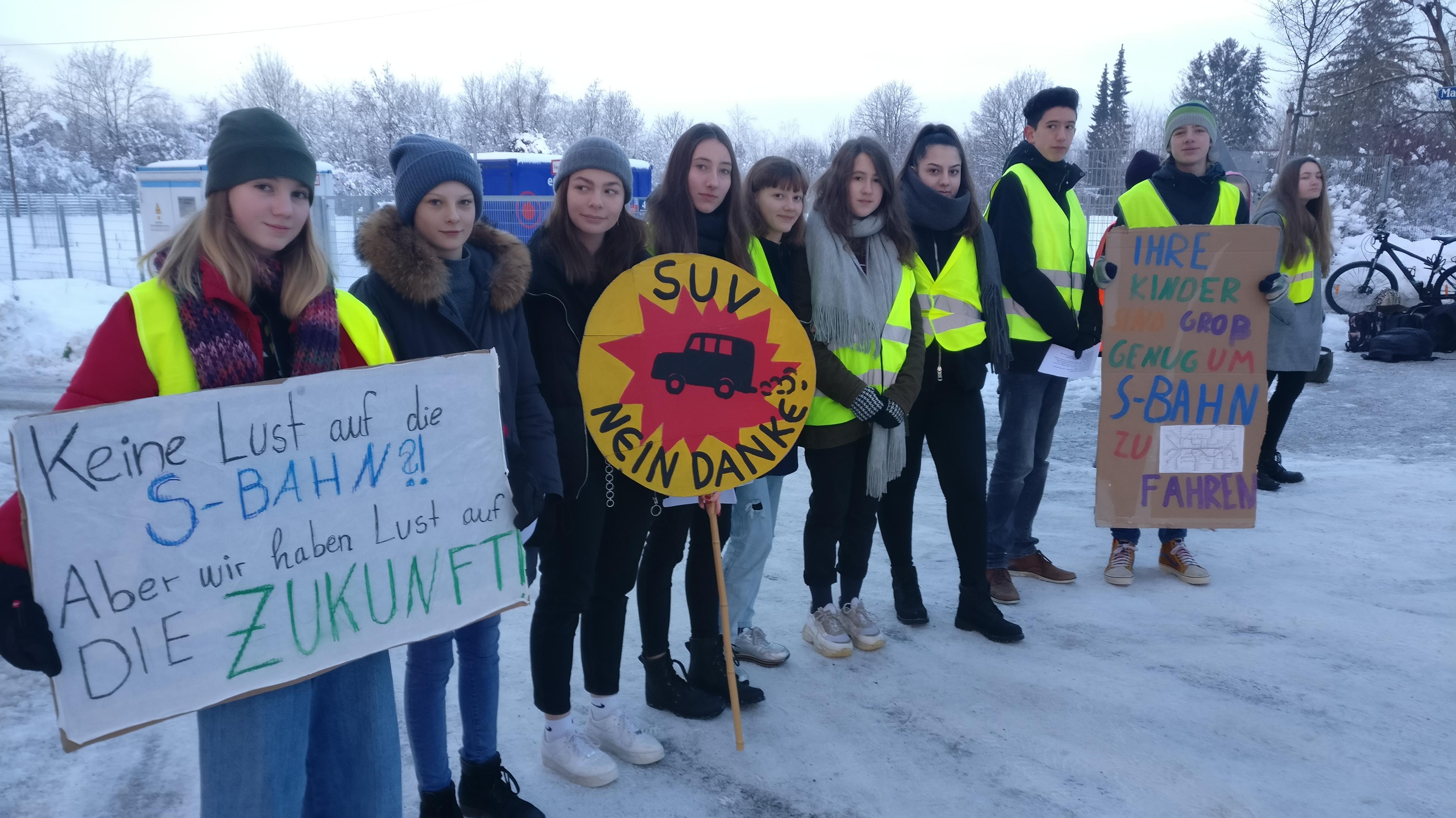 Schüler der Rudolf-Steiner-Schule in München-Daglfing blockieren den Parkplatz bei ihrer Schule.
