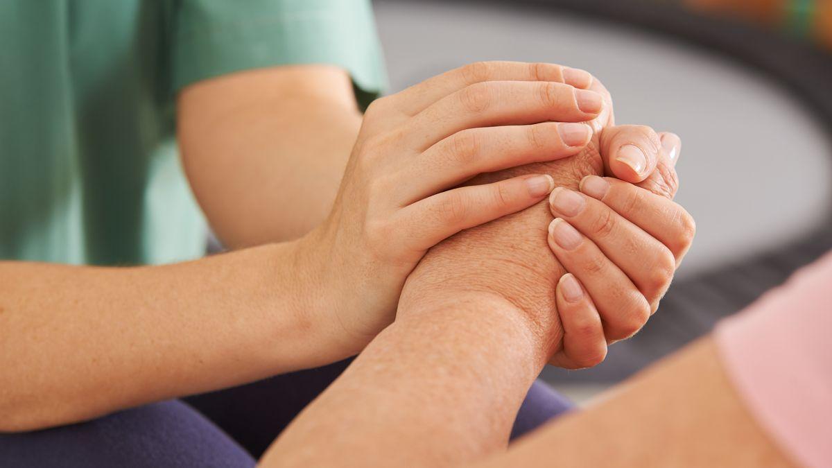 Ein Mensch hält die Hand eines anderen Menschen