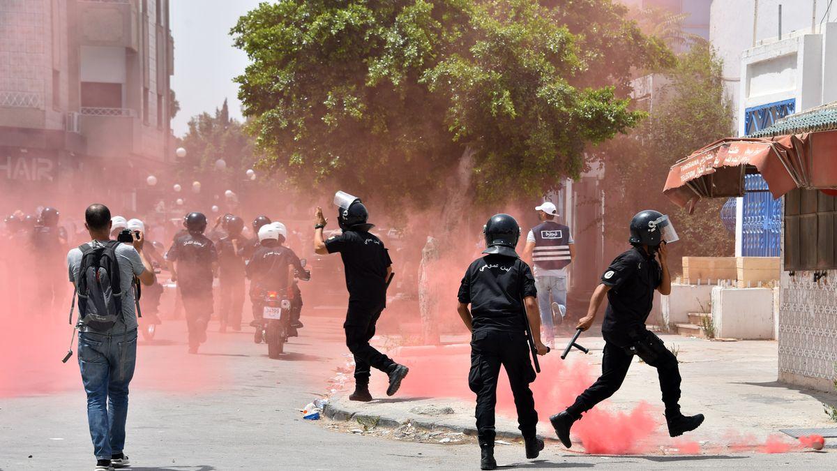 Tunesische Sicherheitskräfte greifen bei einer Kundgebung ein