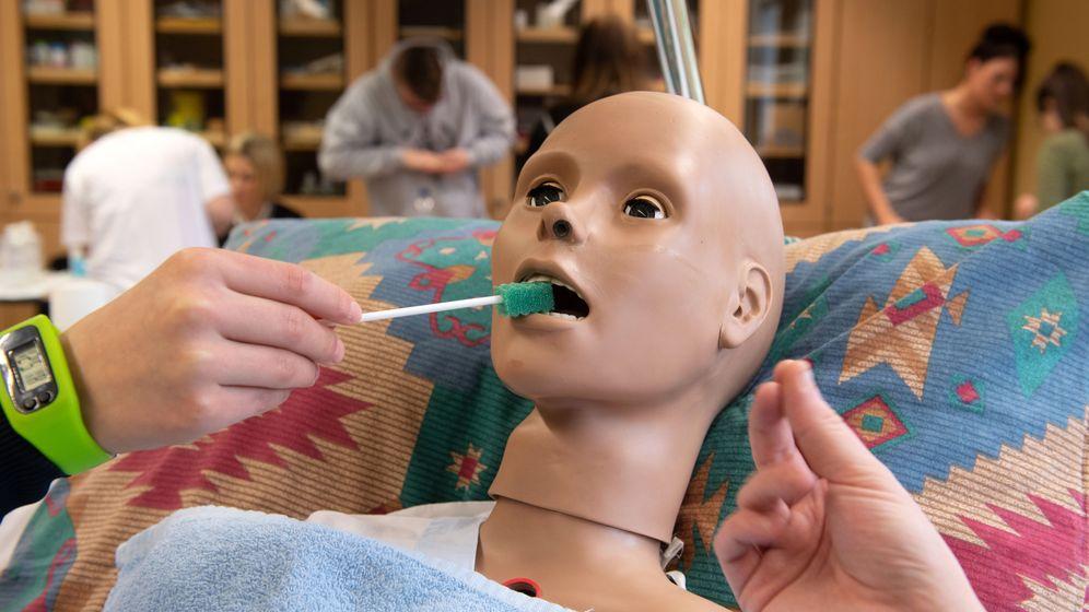 Üben von Handgriffen des pflegerischen Alltags an lebensnah gestalteten menschlichen Attrappen.  | Bild:dpa/pa/Hans Wiedl