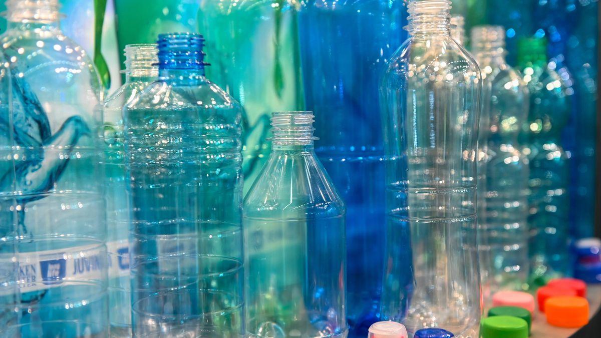 Flaschenfertigung aus PET-Trinkflaschen, ein leichter Kunststoff.