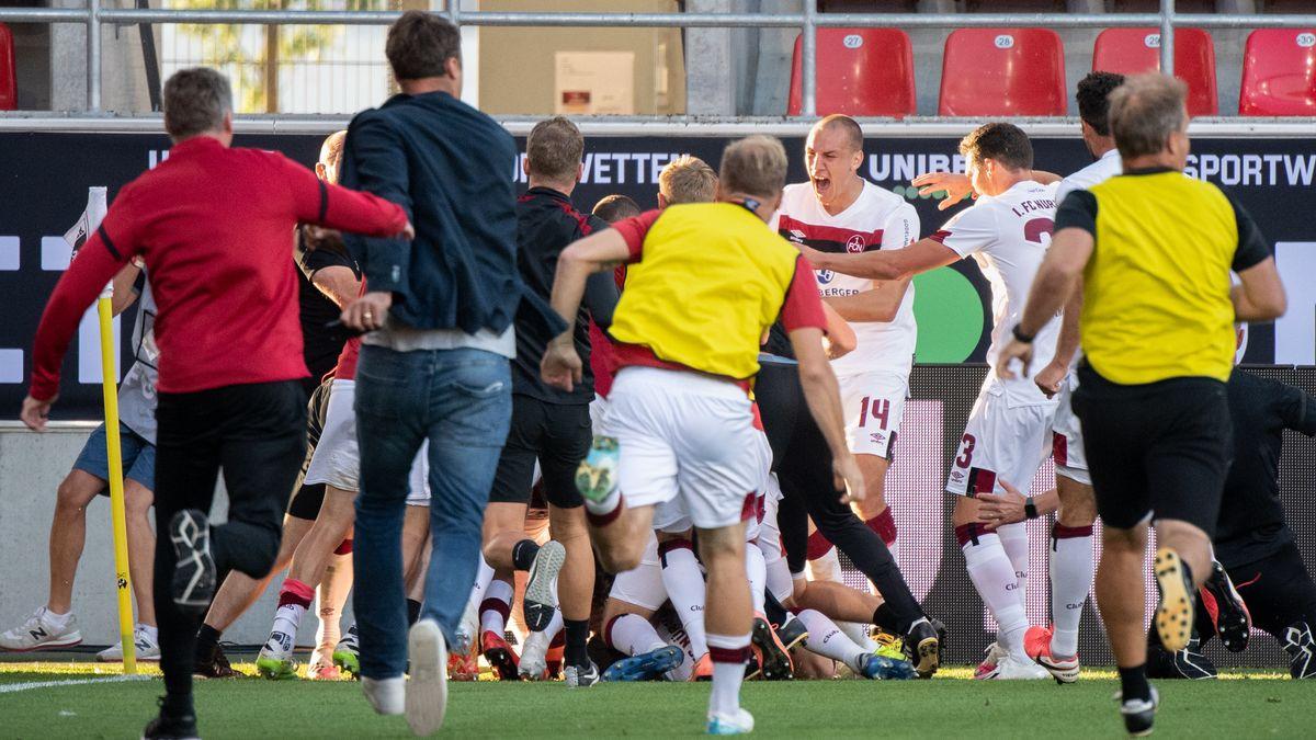 Der 1. FC Nürnberg jubelt nach dem Treffer zum 1:3